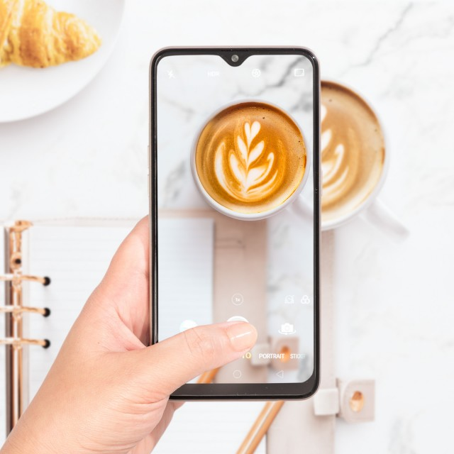 OPPO A7 Hinh lifestyle 12